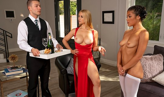 Блондинка с большими дойками устроила для мулатки и дворецкого группов...