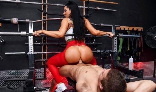 Брюнетка с большой задницей стянула лосины для анального секса на ринг...