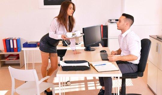 Секретарша в чулках развлекает своего босса горячим сексом...