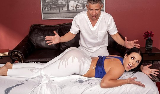 Жена во время массажа стянула лосины и подставила большую попку для лю...