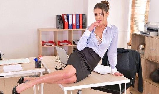 Русская бизнес леди в офисе получает оргазм от страстной ебли...