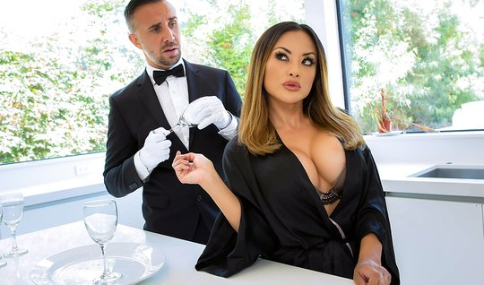 Татуированная дамочка с большими дойками доминирует над официантом и т...