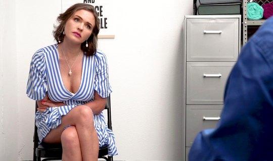 Мамочка в офисе раздвинула ноги и получила куни и оргазм от секса с аг...