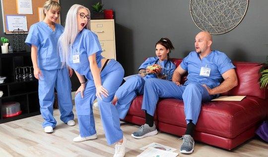 Блондинка медсестра устроила в больнице с доктором настоящие потрахушк...