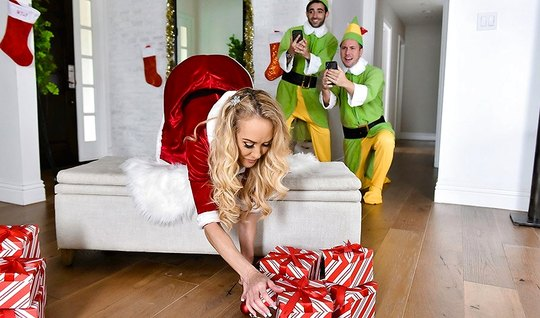 Мамочка с большими сиськами любит групповое порно перед Рождеством