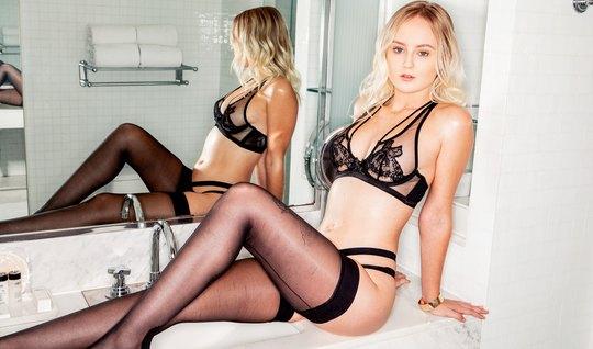 Молодая блондинка в чулках наслаждается сексом с накаченным негром...
