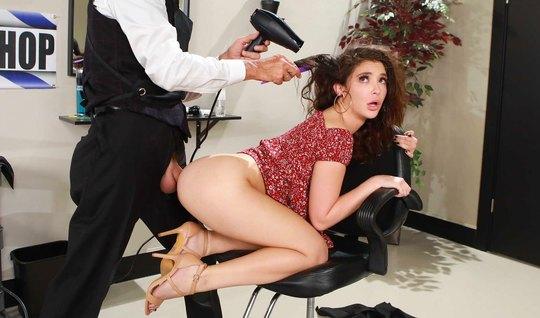 Брюнетка во время посещения салона красоты занялась анальным сексом...