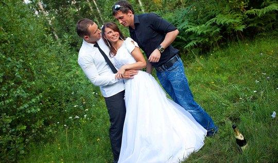 Мужик с лучшим другом пускает русскую невесту на природе по кругу и да...