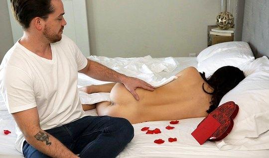 Красавчик гладит спящей подруге рукой клитор и вылизывает ее розовые с...