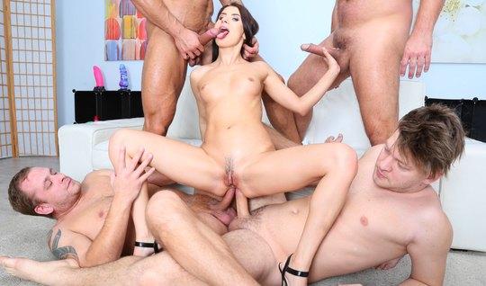 Четыре парня дарят красавице анальный секс с двойным проникновением...