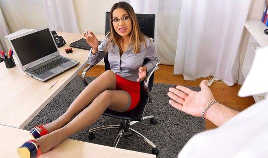В офисе сексуальная помощница получает анальный секс и много спермы