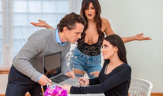Две грудастые мамочки дарят пареньку настоящий групповой секс