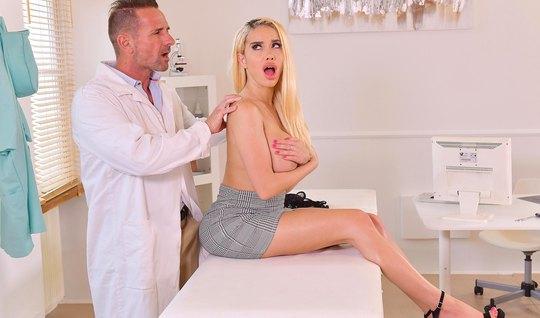 Блондинка с большими дойками в офисе доктора кончает от страстного тра...