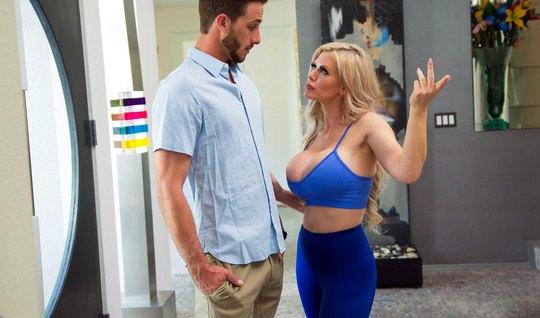 Татуированная блондинка мамочка соблазнила друга сына на горячий трах