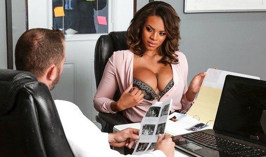 Татуированная мулатка с большими дойками прямо в офисе трахается с пар...