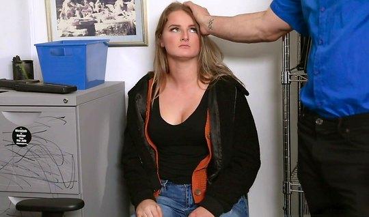 Девушка в офисе после минет встала раком и впустила член мужика...