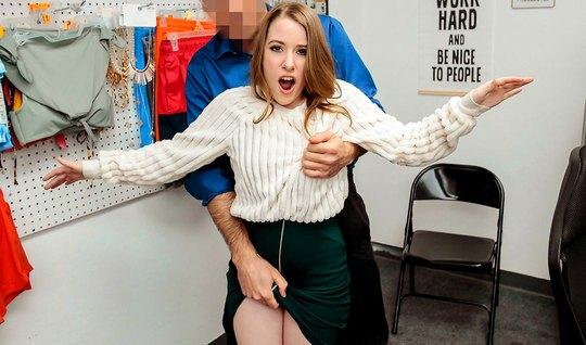 Молодуха в офисе скачет на члене охранника и кончает от секса...