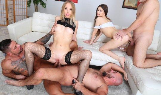 Две молодые развратницы во время группового секса кончают от двойного ...