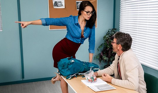 В офисе брюнетка в очках соблазнила своего помощника на секс и кончила...