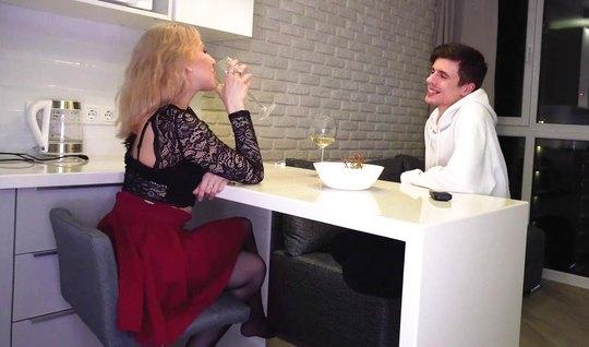 Русская блондинка в чулках подставляет дырочку для домашнего секса с п...