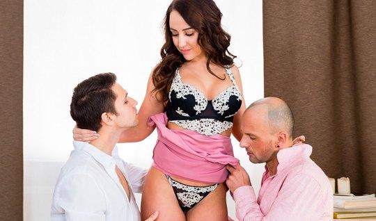 Русская брюнетка получает от любовников двойное проникновение и оргазм...