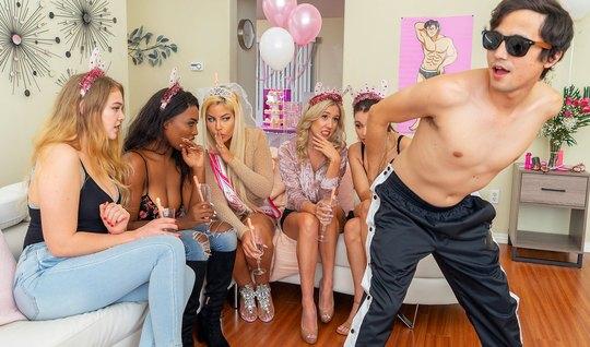 Мамочки на вечеринке развлекаются в обществе молодого стриптизера...