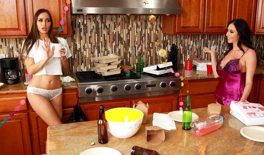 Две мамочки лесбиянки на кухне трахают друг друга не только ручками...