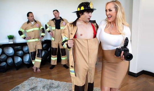 Мамочка не против жаркого траха с возбужденным членом пожарника...