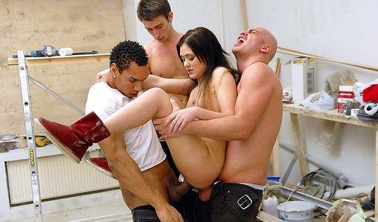Три русских парня сняли себе шлюшку и уговорили ее на оргию с двойным ...