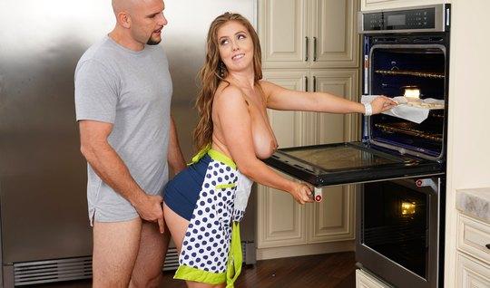 Парень на кухне сношает членом девушку с большими дойками и волосатой ...
