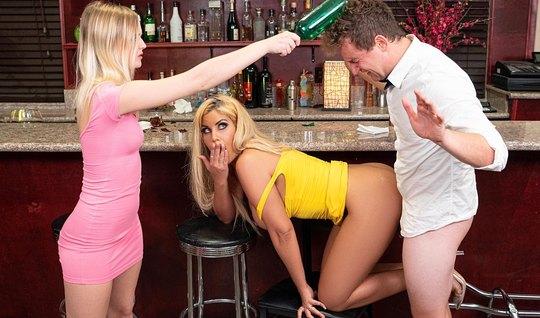 Мамочка в позе раком подставляет сочную дырочку для порки в баре...