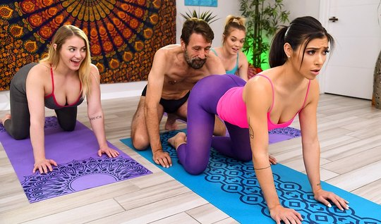 После йоги брюнетка в лосинах испытала оргазм от анального траха...