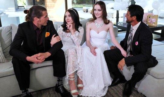 Две пары свингеров после свадьбы устроили в усадьбе оргию с фонтаном с...