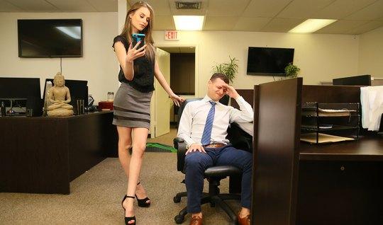 Худая девушка в офисе раздвигает стройные ноги для вагинала с другом...