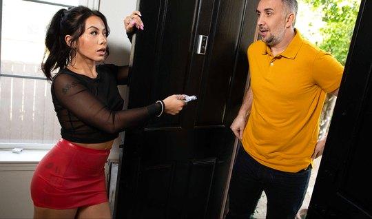 Брюнетка пригласила домой соседа и занялась с ним сексом, получив орга...
