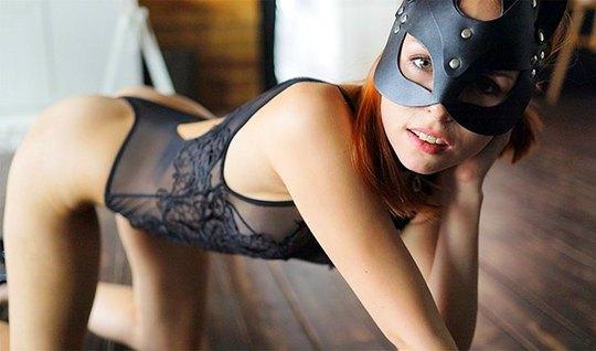 Рыжая бестия в маске в разных позах подставляет попку для домашнего по...