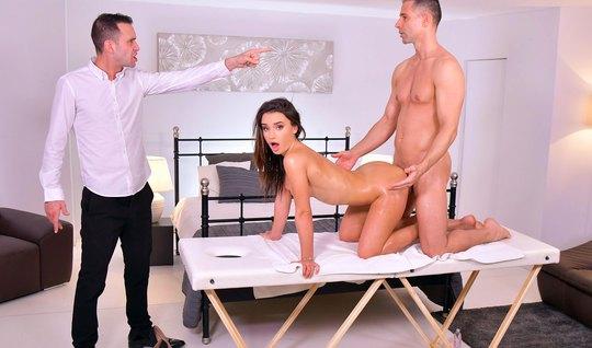 Брюнетка получает от мужа и массажиста двойное проникновение