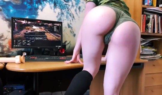 Военная красотка раздвинула ноги для домашней мастурбации на веб камер...