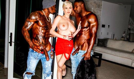 Блондинка получает от двух негров групповой секс и много оргазма...
