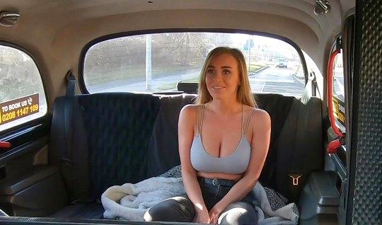 Блондинка с большими дойками трахается с водителем прямо в машине...