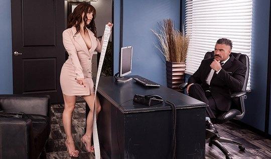 В офисе брюнетка секретарша дает боссу себя отыметь прямо на столе...