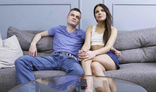 Русская девушка при собственном парне изменяет ему с деловым кавалером