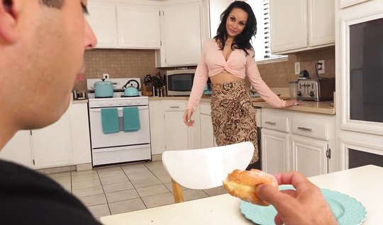 Мамочка прямо на кухне устроила своему другу реальный глубокий минет...