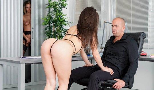В офисе лысый мужчина развлекается в обществе сочной брюнетки в чулках