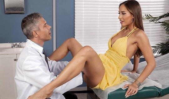 Брюнетка прямо на приеме у врача раздвигает ноги для порки с его члено...