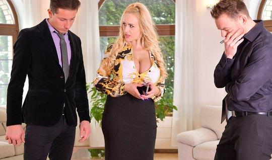Зрелая блондинка после минета одному парню, согласилась на двойное про...