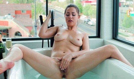 Девушка в ванной во время мастурбации пальчиками испытала оргазм