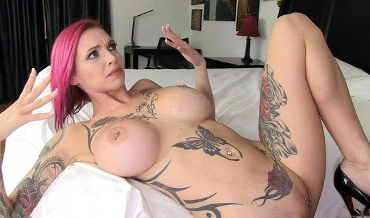 Татуированная мамка с большими дойками испытала оргазм от секса...
