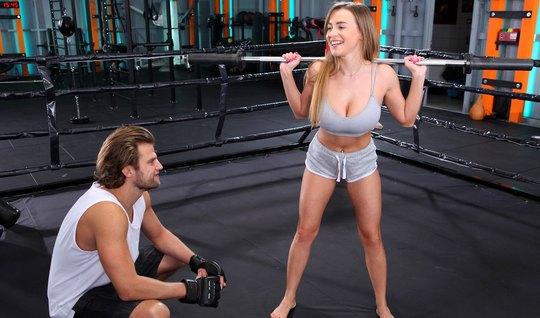 Спортсменка с большими дойками раздвигает ноги для порки с пареньком...