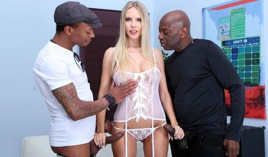 Во время кастинга негры дарят блондинке двойное проникновение...